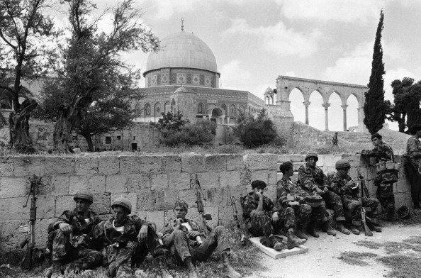 Soldados israelíes en la mezquita de Al Aqsa durante la Guerra de los Seis Días de 1967 Credit Gilles Caron/Gamma-Rapho, vía Getty Images