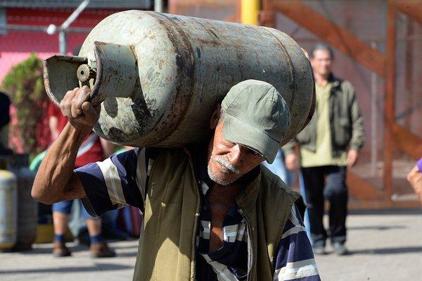 A algunos les preocupa el peligro de manipular los cilindros de gas por la ciudad. (Foto: Jorge Castellanos)