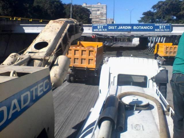 Colapso en vigas del distribuidor Jardín Botánico / Foto: @robertoboniello