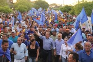 Manuel Rosales y Freddy Paz recorren las calles de Colón