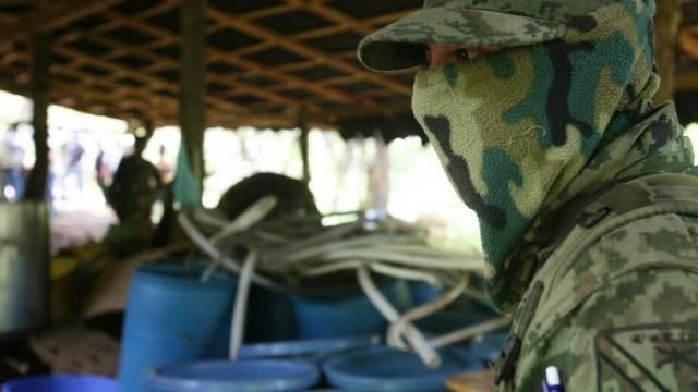 Un soldado organiza la destrucción controlada de un laboratorio ilegal de metanfetamina en cristal cerca de Uruapan, en el estado mexicano de Michoacán (Foto: Carlos Jasso AP)