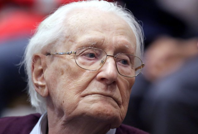 """FILE PHOTO: Oskar Groening, defendant and former Nazi SS officer dubbed the """"bookkeeper of Auschwitz"""", is pictured in the courtroom during his trial in Lueneburg, Germany, July 15, 2015. REUTERS/Axel Heimken/Pool/File Photo"""