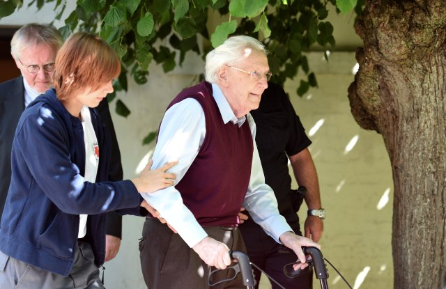 """FILE PHOTO: Oskar Groening, defendant and former Nazi SS officer dubbed the """"bookkeeper of Auschwitz"""" leaves the court after the announcement of his verdict in Lueneburg, Germany, July 15, 2015. REUTERS/Fabian Bimmer/File Photo"""