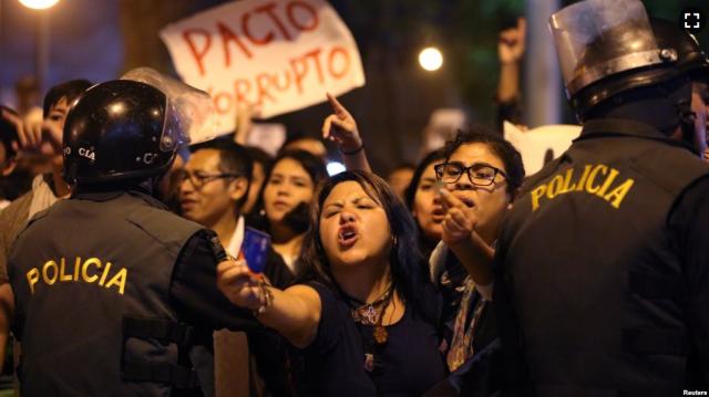 Protestas en el centro de Lima luego del indulto al expresidente Alberto Fujimori (Foto: Reuters)