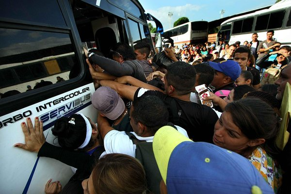 """El contingente de gente en colas descritas por alguien como """"anchilargas"""" o tipo """"ciempiés"""", ocasionan un caos que ningún funcionario puede controlar. (Fotos/ Omar Hernández)"""