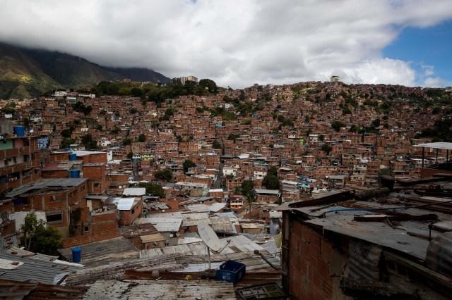 ACOMPAÑA CRÓNICA: VENEZUELA CRISIS. CAR02. CARACAS (VENEZUELA), 24/12/2017.- Vista general de una barriada en Petare este viernes, 22 de diciembre de 2017, en Caracas (Venezuela). El Niño Jesús no llevará regalos a muchos de los hogares de escasos recursos de Venezuela, pese a los millones de juguetes que el Gobierno de Nicolás Maduro ha asegurado que repartirá en todo el país, pues las familias dicen sentirse abandonadas y sumergidas en la crisis económica y social. EFE/Miguel Gutiérrez
