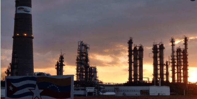 Imagen de archivo de la refinería cubana de petróleo Camilo Cienfuegos. EFE