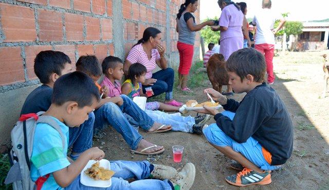 En el barrio josé Bernal, los vecinos disfrutaron de un compartir que incluía una hallaca. / Foto: Edinsson Figueroa