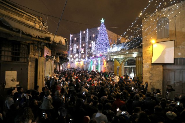 En la ciudad vieja de Jerusalén encendieron las luces este jueves (Foto Reuters)
