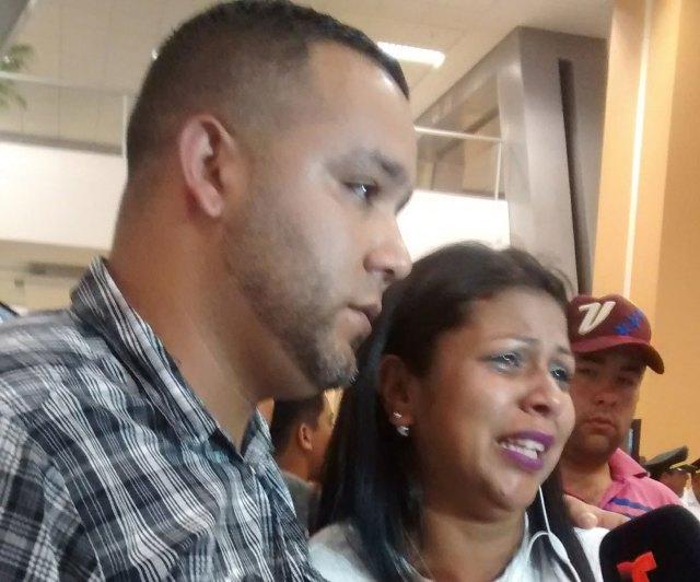 los padres desesperados esperan a sus hijos en el aeropuertode Lima