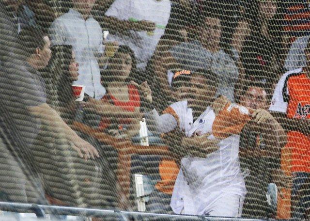 El colombiano Reynaldo Rodríguez se enfrentó a un fanático que le gritaba desde la tribuna. Luis Bravo / Panorama