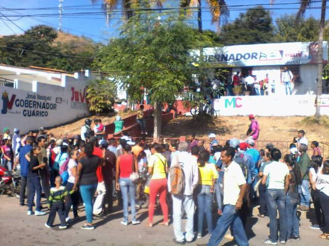 """Foto: Protesta en Guárico para exigir los """"tickets"""" ofrecidos por ir a votar en la elecciones de alcaldías / @radiofeyalegria"""