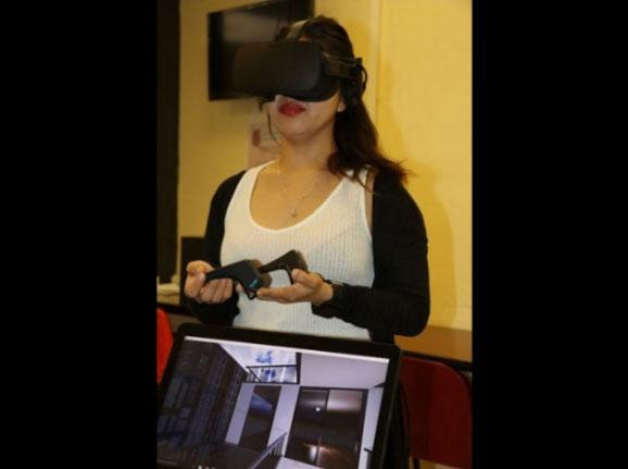 Adriana Martínez, creadora del proyecto, explicó que el visor permite al paciente que simule estar dentro de una habitación oscura o en lo alto de un rascacielos (Foto: cortesía)