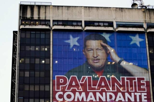 Fachada de la sede en Caracas de PDVSA en febrero de 2012 con una imagen del expresidente del Gobierno de Venezuela Hugo Chávez. / REUTERS / JORGE SILVA