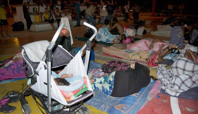 Los bebés, algunos en coches, duermen como sus padres, cuando se puede. / Foto: Édgar Cusgüen