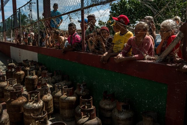 Residentes del pueblo pesquero de Amuay esperaron varias horas para que les llenaran sus tanques de gas. En los últimos años ha empeorado la crisis de la petrolera estatal, lo que amenaza con desestabilizar al país. Credit Meridith Kohut para The New York Times