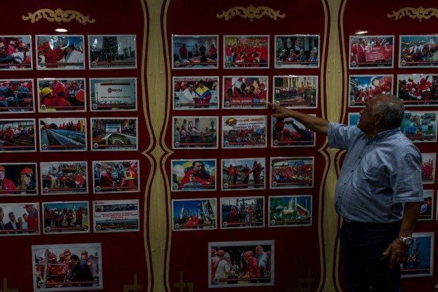 Iván Freites, un líder sindical y franco crítico del gobierno, le muestra a unos visitantes sus oficinas en Caracas. Credit Meridith Kohut para The New York Times
