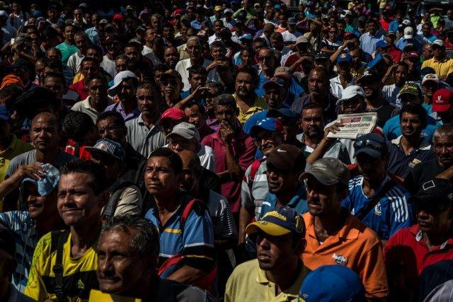 Cientos de empleados y exempleados de PDVSA asistieron a una convocatoria en la que se ofrecía trabajo por diez dólares la hora para ayudar en labores de reconstrucción en la isla caribeña de San Martín. Credit Meridith Kohut para The New York Times