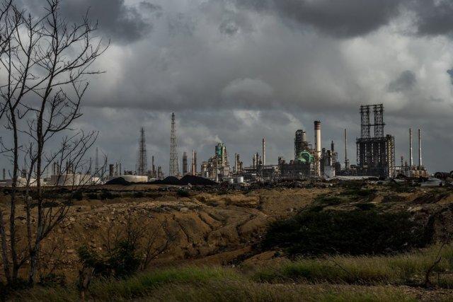 La refinería de Amuay ubicada en la costa caribeña de Venezuela. Unos 200.000 galones de gasolina y otros productos se derramaron de un tanque de desechos de la refinería hacia una bahía adyacente a finales de octubre. Credit Meridith Kohut para The New York Times