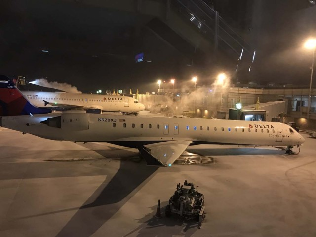 A Delta Airbus waits as it is de-iced at Ronald Reagan Washington National Airport on January 4, 2018 near Washington,DC. The US National Weather Service warned that a major winter storm would bring heavy snow and ice, from Florida in the southeast up to New England and the Northeast on Wednesday and Thursday. / AFP PHOTO / Daniel SLIM