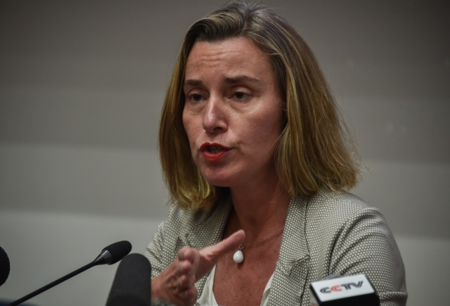 European Union's Foreign Policy head Federica Mogherini (C) gives a press conference in Havana, on January 4, 2018. / AFP PHOTO / Adalberto ROQUE