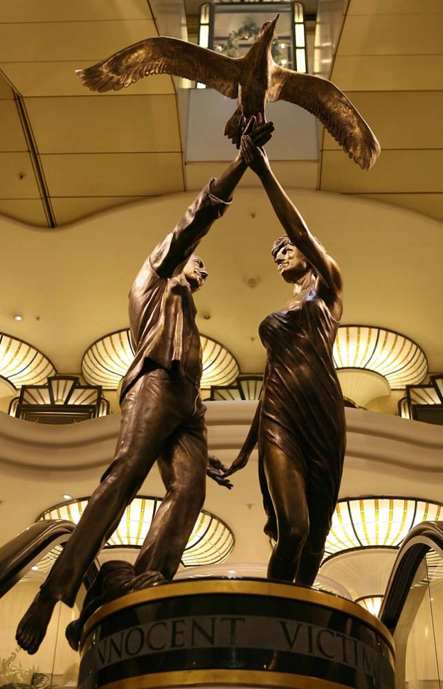 (FILES) This file photo taken on August 31, 2006 shows a memorial to Diana, Princess of Wales and Dodi al-Fayed is pictured in Harrods in London, 31 August 2006, on the ninth anniversary of their death. London luxury department store Harrods said on January 13, 2018 it was taking down a statue of the late Princess Diana and her boyfriend Dodi Fayed and returning it to former owner Mohamed Al Fayed. Al Fayed commissioned the bronze statue, which shows his son and Diana holding hands and releasing a bird, after they were killed in a Paris car crash in 1997. / AFP PHOTO / John D MCHUGH
