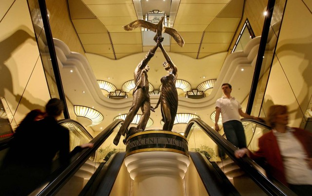 (FILES) This file photo taken on August 31, 2006 shows a permanent memorial to Diana, Princess of Wales and Dodi al-Fayed is seen in Harrods in London, 31 August 2006, on the ninth anniversary of their death. London luxury department store Harrods said on January 13, 2018 it was taking down a statue of the late Princess Diana and her boyfriend Dodi Fayed and returning it to former owner Mohamed Al Fayed. Al Fayed commissioned the bronze statue, which shows his son and Diana holding hands and releasing a bird, after they were killed in a Paris car crash in 1997. / AFP PHOTO / John D MCHUGH