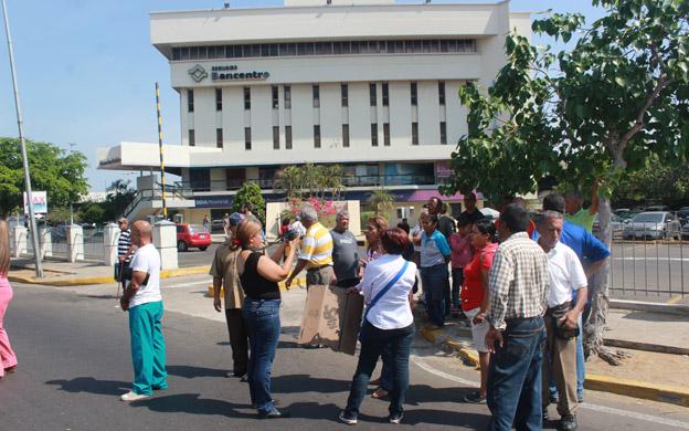 Los pensionados cerraron la avenida Delicias para protestar por falta de efectivo. (Foto: José Gil)