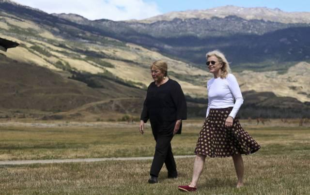 La presidenta chilena Michelle Bachelet (a la izquierda) y Kristine McDivitt Tompkins, la viuda del empresario Doug Tompkins, el pasado lunes.