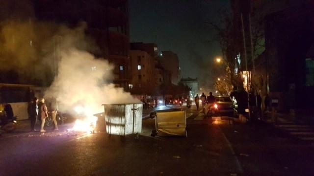 Personas participan en protestas en Teherán, Irán, el 30 de diciembre de 2017 en una imagen obtenida en redes sociales. REUTERS.