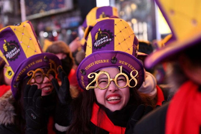 Revelers brace freezing cold temperatures in Times Square ahead of New Year's celebrations in Manhattan, New York, U.S., December 31, 2017. REUTERS/Darren Ornitz TPX IMAGES OF THE DAY