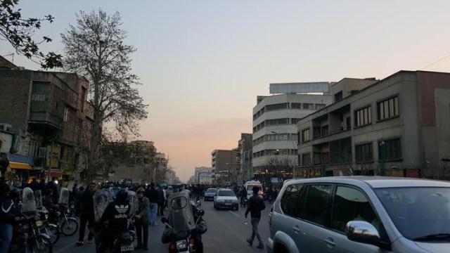 Gente protesta en Teherán, imagen de archivo. 30 de diciembre de 2017. REUTERS. ATENCIÓN EDITORES - ESTA IMAGEN HA SIDO ENTREGADA POR UN TERCERO