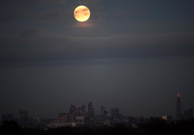 A 'supermoon' full moon is seen rising above the skyline of London, Britain, January 1, 2018. REUTERS/Toby Melville