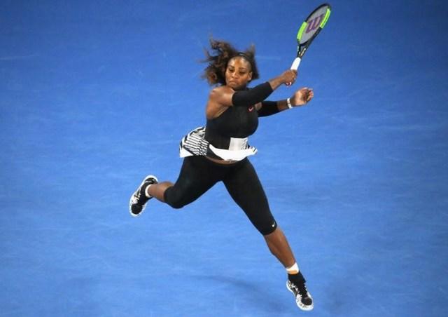 En la imagen, Serena Williams golpea una bola en el Abierto de Australia en una fotografía de archivo. REUTERS/Jason Reed