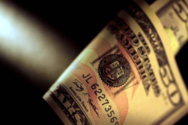 Imagen de archivo donde se ve un billete de dólar estadounidense  el 22 de junio de 2017. REUTERS/Thomas White/Illustration/File Photo