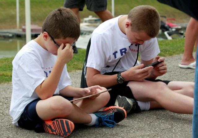 Niños juegan con un iPad y un iPhone antes de un acto político a favor de Donald Trump en Cincinnati. Imagen de archivo. 7 de junio de 2017. REUTERS/John Sommers II