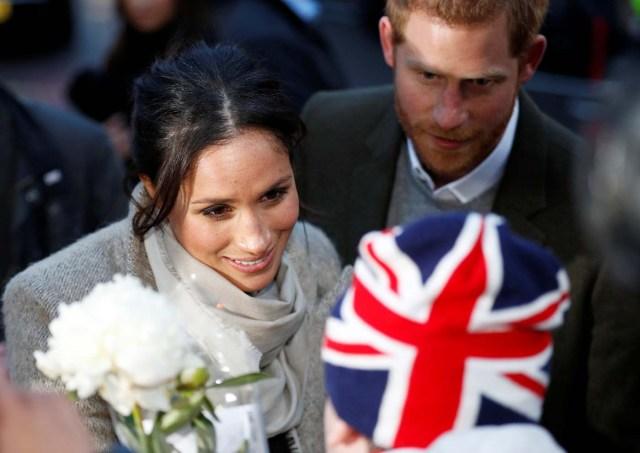 El príncipe Harry y su prometida, Meghan Markle, saludan a los admiradores que se van después de visitar la estación de radio Reprezent FM, en Brixton, Londres, el 9 de enero de 2018. REUTERS / Peter Nicholls