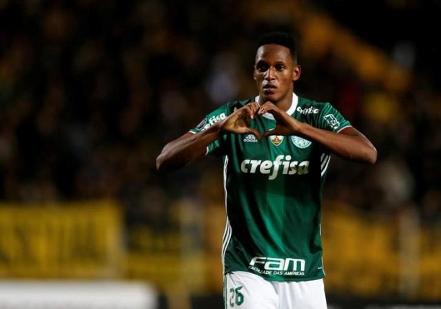 En la imagen, el colombiano Yerry Mina celebra un gol del Palmeiras, el 26 de abril de 2017. REUTERS/Andrés Stapff