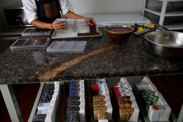 A worker makes chocolate bars at the Mantuano chocolate factory in Caracas, Venezuela October 26, 2017. Picture taken October 26, 2017. REUTERS/Carlos Garcia Rawlins