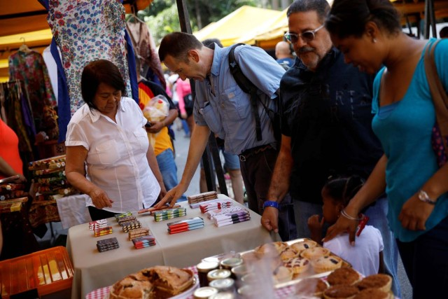A customer looks at Mantuano chocolate bars on a street market in Caracas, Venezuela October 28, 2017. Picture taken October 28, 2017. REUTERS/Carlos Garcia Rawlins