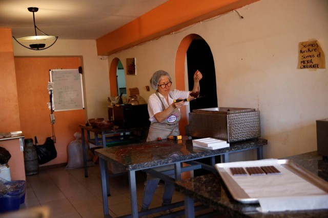 Nancy Silva makes chocolate bars at the Kirikire chocolate factory in Caracas, Venezuela October 4, 2017. Picture taken October 4, 2017. REUTERS/Carlos Garcia Rawlins