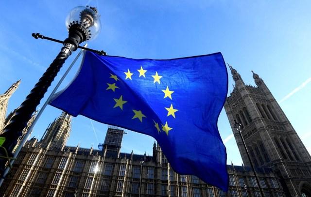 En la imagen, una bandera ondea en el exterior del palacio de Westminster, Londres, Reino Unido, 18 de diciembre de 2017. REUTERS/Toby Melville