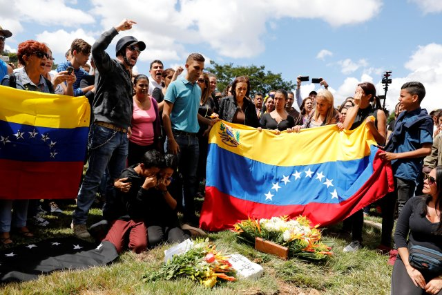 Relatives and mourners of Jose Pimentel and Abraham Agostini, part of the team of rogue ex-policeman Oscar Perez, react next to their gravesites, in Caracas, Venezuela January 20, 2018. REUTERS/Marco Bello