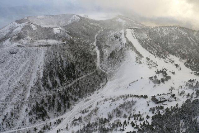 Una estación del teleférico, donde los esquiadores esperaban ser rescatados, y el volcán que estalló en las montañas Kusatsu-Shirane se ven desde un helicóptero Kyodo News en la prefectura de Gunma, al noroeste de Tokio, Japón, el 23 de enero de 2018. Crédito obligatorio Kyodo / vía REUTERS EDITORES DE ATENCIÓN: ESTA IMAGEN FUE PROPORCIONADA POR UN TERCERO. SOLO PARA USO EDITORIAL. CREDITO OBLIGATORIO. JAPÓN FUERA. NO VENTAS COMERCIALES O EDITORIALES EN JAPÓN.