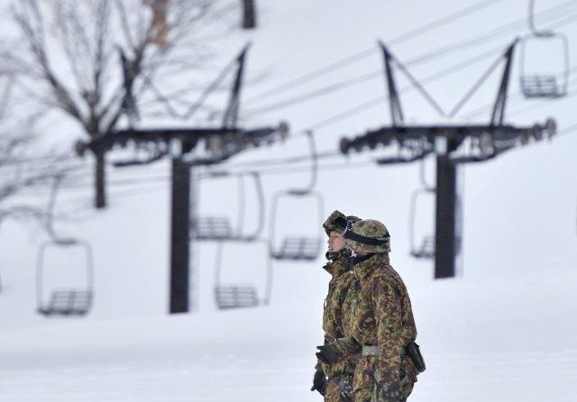 Los miembros de las Fuerzas de Autodefensa de Japón participan en un trabajo de rescate en una estación de esquí cerca del volcán Kusatsu-Shirane en Kusatsu, prefectura de Gunma, al noroeste de Tokio, en esta foto tomada por Kyodo el 23 de enero de 2018. Crédito obligatorio Kyodo / vía REUTERS ATTENTION EDITORS - ESTA IMAGEN FUE PROPORCIONADA POR UN TERCERO. SOLO PARA USO EDITORIAL. CREDITO OBLIGATORIO. JAPÓN FUERA. NO VENTAS COMERCIALES O EDITORIALES EN JAPÓN.