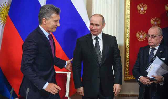 Russian President Vladimir Putin (C) and his Argentinian counterpart Mauricio Macri (L) attend a signing ceremony following their talks at the Kremlin in Moscow, Russia January 23, 2018. REUTERS/Alexander Nemenov/Pool