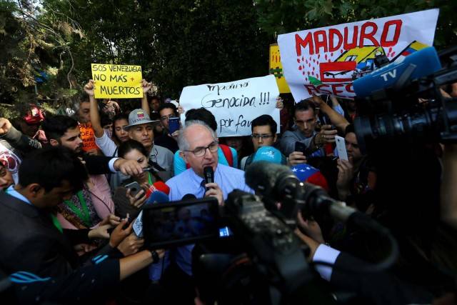 Antonio Ledezma, Venezuelan opposition leader, talks to the media as they attend a rally as members of the Lima Group nations meet in Santiago, Chile January 23, 2018. REUTERS/Ivan Alvarado