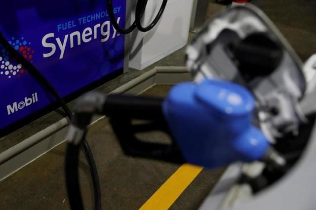 Un surtidor de combustible en un vehículo en una gasolinera de Mobil en Querétaro, México, dic 8, 2017. REUTERS/Carlos Jasso