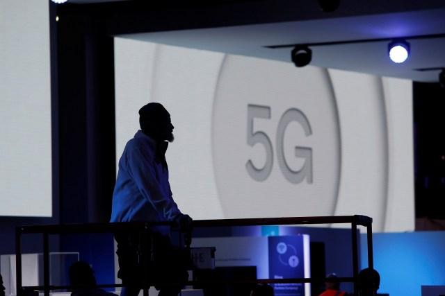 En la imagen, se puede ver la silueta de un trabajador en Qualcomm mientras detrás de él se reproduce un video sobre la tecnología 5G en Las Vegas Convention Center, en Nevada, EEUU, el 8 de enero del 2018 REUTERS/Steve Marcus