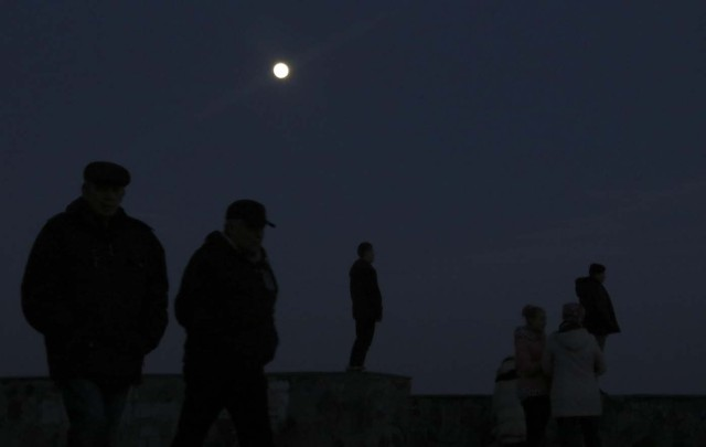 People watch the supermoon in the Black Sea port of Yevpatoriya, Crimea January 30, 2018. REUTERS/Pavel Rebrov